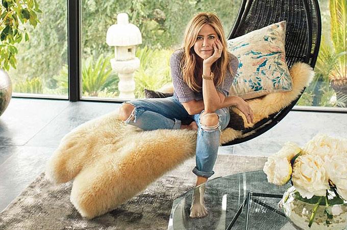 Jennifer Aniston mở cửa giới thiệu với các fan tổ ấm của cô và nam diễn viên Justin Theroux tại khu Bel Air, Los Angeles.