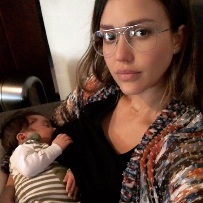 Nữ diễn viên cho con bú sữa mẹ hoàn toàn.