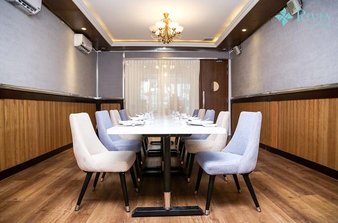 Phòng cabin với sức chứa 10-20 người ở lầumột đảm bảo một không gian tiệc tùng riêng biệt và ấm cúng cho thực khách.