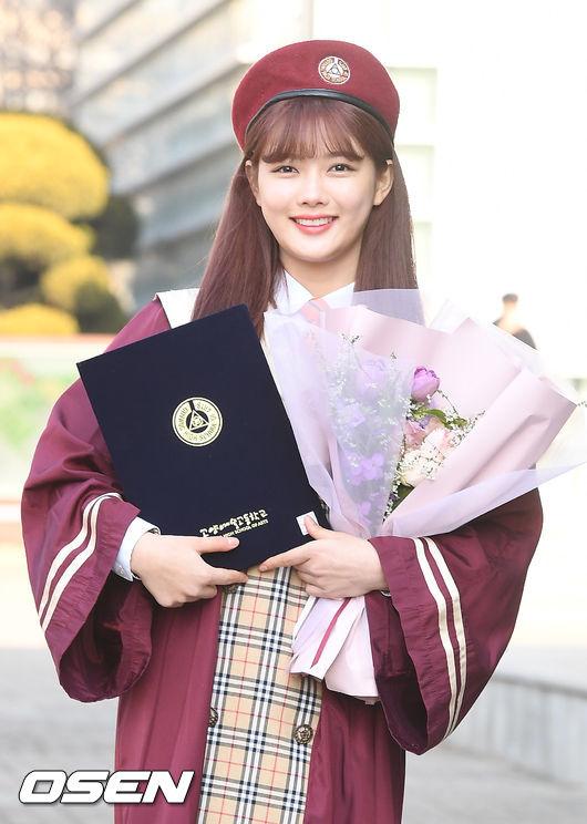 Hôm nay 7/2, Kim Yoo Jung dự lễ tốt nghiệp trung học tại trường Goyang, tỉnh Gyeonggi. Bận rộn với công việc của làng giải trí nhưng diễn viên Mây họa ánh trăng vẫn kết thúc chương trình học như nhiều bạn bè đồng trang lứa khác. Tuy nhiên, do lịch trình làm việc dày đặc, Kim Joo Yung sẽ chưa thi lên đại học trong năm này.