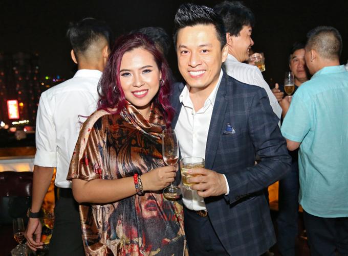 Lam Trường mặc lịch lãm đến chung vui với đạo diễn Thanh Nhân.
