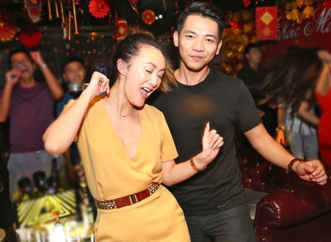 Trong tiếng nhạc sôi động, vợ chồng Mai Quốc Việt quẩy tưng bừng.