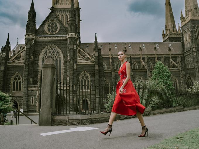 Khác với hình ảnh nóng bỏng thường thấy, trong bộ ảnh thời trang tại thành phố Melbourne (Australia), Minh Tú có dịp khoe vẻ nữ tính, thanh lịch. Cô diện cáctrang phục nằm trong bộ sưu tập thu đông 2017 Heartn Hands của NTK Xuân Lê.
