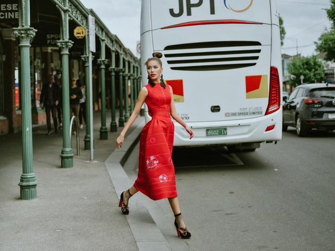 Minh Tú như quý cô sang chảnh trên đường phố Melbourne