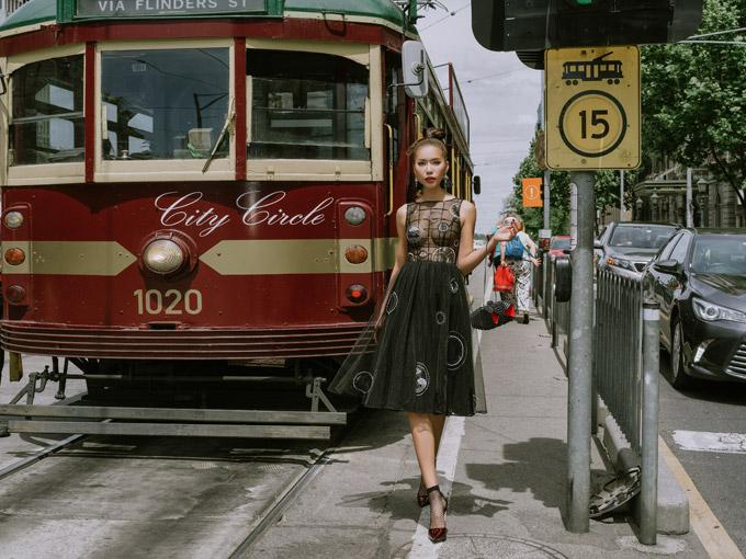 Minh Tú như quý cô sang chảnh trên đường phố Melbourne - 8