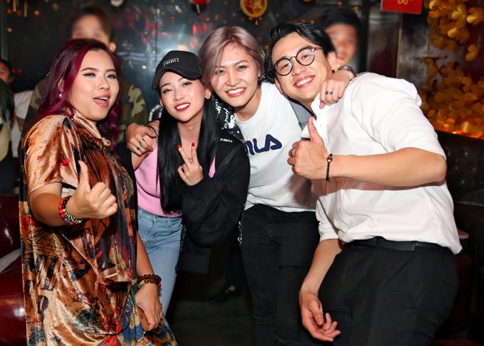 Vicky Nhung, Sĩ Thanh và MC Quang Bảo vui vẻ khoác vai, bá cổ nhau khi hội ngộ trong đêm tiệc tất niên.