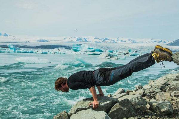 Thầy giáo trẻ khoe khả năng giữ thăng bằng tốt trong một động tác yoga khó. Tuy vậy, các cô gái trẻ hẳn sẽ hụt hẫng đôi chút khi tài khoản cá nhân của Robert cho thấy anh đang trong một mối quan hệ.