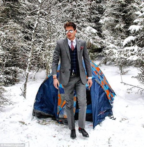 Robert, hiện giảng dạy tại trường cao đẳng Emmaus, đốn tim người hâm mộ bởi những bức ảnh chụp anh khi thì lịch lãm trong những bộ complet, khi cởi trần khoe hình thể khỏe khoắn trong thời tiết lạnh giá.