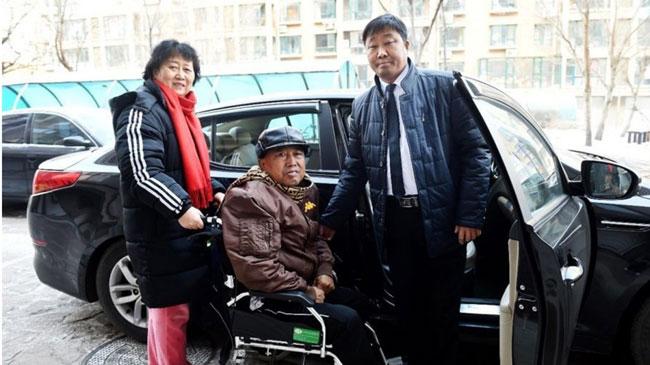 Anh Gu đón vợ chồng bà Guo ông Du hai lần mỗi tuần đến bệnh viện.