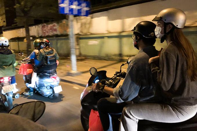 11h đêm 8/2, Hồ Ngọc Hà và các thành viên trong êkíp của cô bắt đầu chuyến đi xe máy vòng quanh TP HCM để tặng quà Tết cho người nghèo, không nhà cửa.