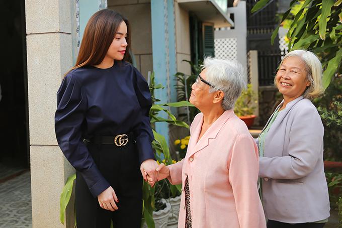 Sáng sớm nay Hồ Ngọc Hà ra Hà Nội biểu diễn. Sau đó cô về Sài Gòn, dành trọn hai tuần nghỉ ngơi, đi du lịch cùng gia đình.
