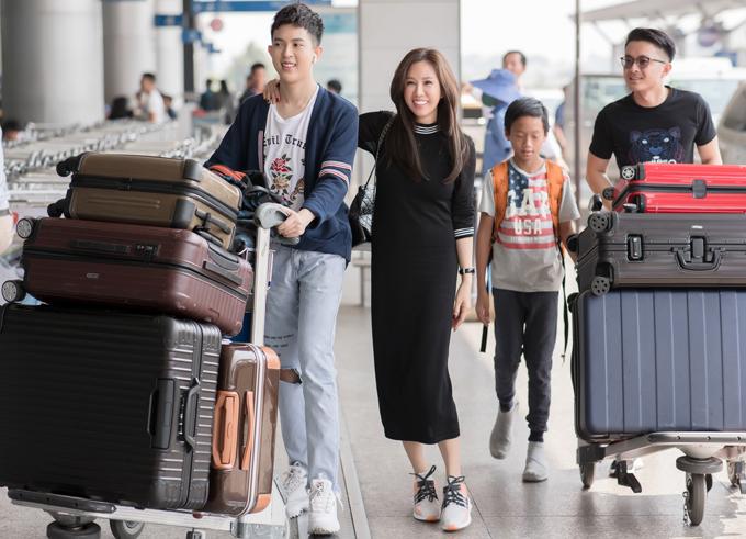 Hai con trai riêngcủa Thu Hoài cũng lên đường đi Mỹ cùng mẹ.