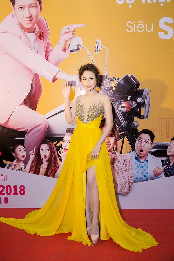 Sam diện đầm xẻ thân cao dự sự kiện. Cô cũng đóng một vai trong phim.