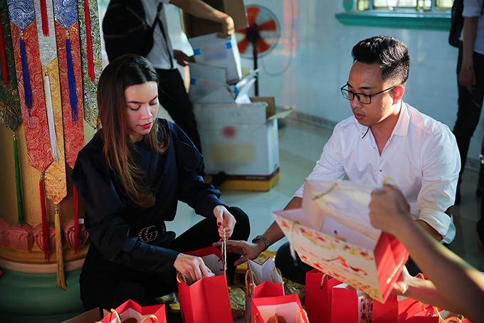 Trước đó, vào buổi trưa, nữ ca sĩ cùng nhạc sĩ Nguyễn Hồng Thuận di chuyển từ TP HCM xuống Long An để tặng quà Tết cho bà con nghèo.