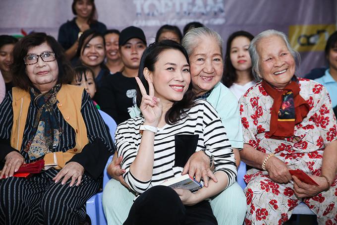 Hoạ mi tóc nâu tinh nghịch khi chụp ảnh cùng nghệ sĩ Thiên Kim - gương mặt quen thuộc trên truyền hình.