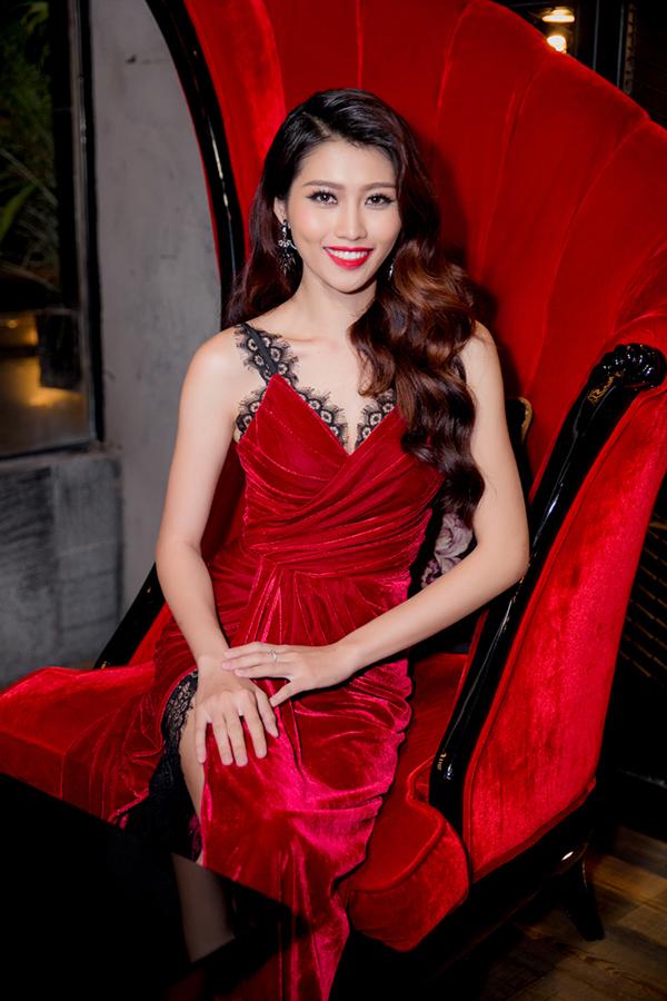 Chế Nguyễn Quỳnh Châu sinh năm 1994 tại Lâm Đồng, được nhiều người biết đến khi lọt vào top 9 Vietnams Next Top Model 2014. Sau đó, cô giành Quán quânVietnam Fashion Icon 2014,Giải ấn tượng cuộc thi F-Idol 2013 vàTop 5 Hoa khôi Áo dài 2016. Quỳnh Châu từng có mối tình đẹp với người mẫu Quang Hùng nhưng cả hai đã đường ai nấy đi vào giữa 2017 sau 3 năm yêu nhau.