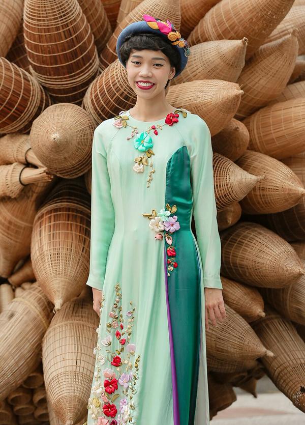 Biên tập viên Nicky Khánh Ngọc tươi tắn trong một thiết kế của Tùng Vũ. Cô cho biết, các tín đồ thời trang nên kết hợp phụ kiện, phong cách trang điểm hài hòa để tôn lên nét duyên dáng của áo dài Việt ngày xuân.