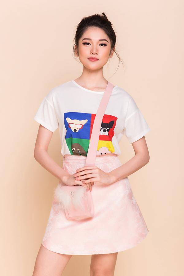 Áo thun in hình chó con nhiều sắc màu được kết hợp cùng các kiểu chân váy ngắn, váy chữ A xây dựng phong cách năng động cho bạn gái khi du xuân.