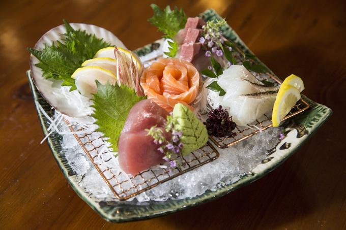 Sashimi tổng hợp: Tại Kacyo, thực đơn cho một sashimi tổng hợp bao gồm chín loại cá sống nhập trực tiếp từ Nhật Bản, có vị ngọt tự nhiên, thịt dai, dẻo và thơm.
