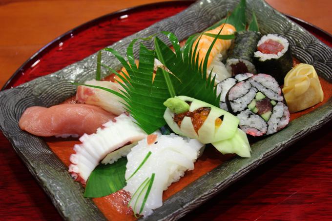 Sushi: Món sushi tại Fuji ghi điểm với nhiều tín đồ yêu ẩm thực Nhật Bản bởi vị tươi ngon từ các loại sò, ốc, cá hồi, tôm.... Đây không đơn giản là một món ăn mà còn còn là hình thức thưởng thức nghệ thuật đặc trưng xứ Phù Tang.