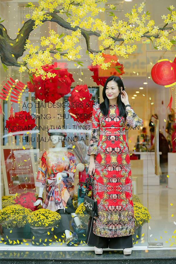 Fashionista Trương Thanh Trúc mới lạ trong tà áo dài của nhà thiết kế Adrian Anh Tuấn. Theo cô, lựa chọn áo dài xuống phố đầu năm sẽ giúp người mặc gặp nhiều may mắn và sự vui tươi.