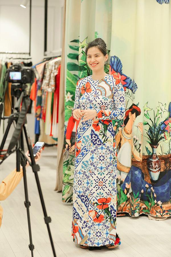 Nhà thiết kế Thủy Nguyễn cũng góp mặt trong video, chia sẻ niềm vui khi tà áo dài phong cách trong bộ phim Cô Ba Sài Gòn tạo được hiệu ứng lớn với khán giả.