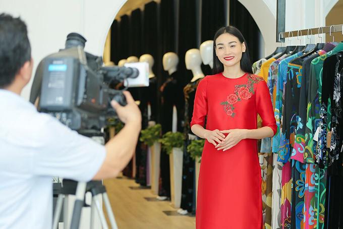 Người mẫu Thùy Trang trẻ trung trong mẫu áo dài điểm xuyến những cánh hoa rực rỡ của Magonn.