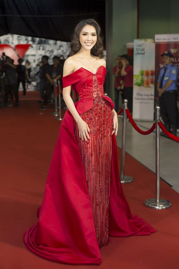 Tường Linh, sinh năm 1994, từng đăng quang Hoa khôi Phú Yên 2011. Năm 2017, cô giành giải Á quân The Face Việt Nam và Hoa hậu Sắc đẹp châu Á 2017.Đầu năm 2018, Tường Linh đại diện Việt Nam tham dự Miss Intercontinental 2017 và thắng giải Hoa hậu được yêu thích nhất. Ngoài ra, cô còn lọt vào top 18 của cuộc thi này.