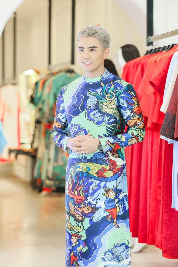 Khoác lên chiếc áo dài đầy cảm hứng hội họa đặc sắc của nhà thiết kế Thủy Nguyễn, ca sĩ - diễn viên Will (365) vẫn khẳng định sự tự tin và mạnh mẽ mà những chiếc áo dài mang lại cho phái mạnh.