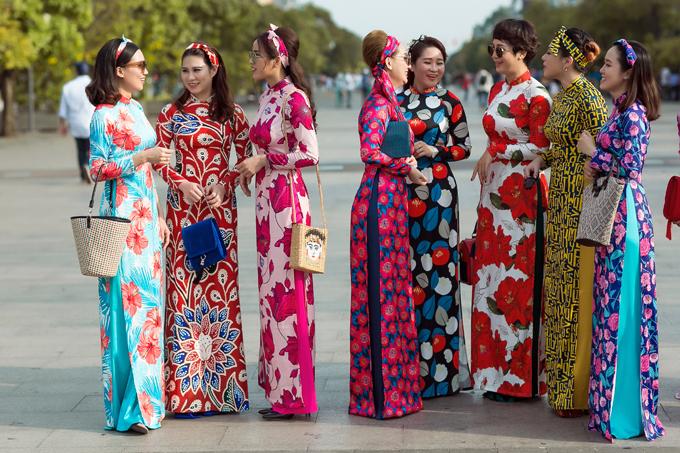 Áo dài in hoa rực rỡ, giữ nguyên phom dáng của tà áo truyền thống là trang phục được ưa chuộng nhất mùa xuân năm nay.
