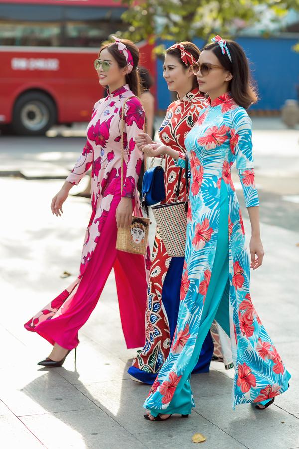 Muôn sắc hoa rực rỡ được chọn lựa và in trên vải lụa cao cấp để mang tới nhiều mẫu áo dài tôn nét dịu dàng, nữ tính cho phái đẹp trong ngày xuân.