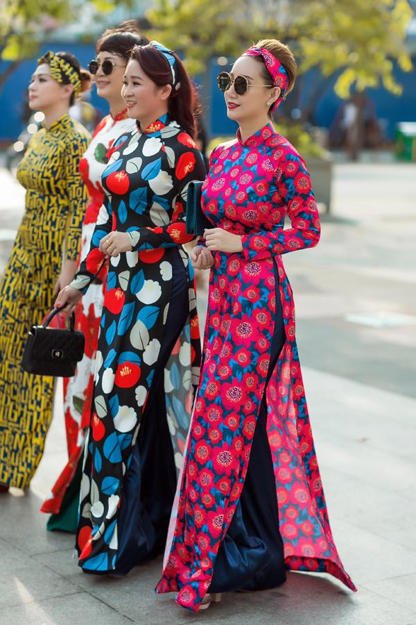 Từng mẫu áo được chăm chút kỹ lưỡng từ khâu chọn chất liệu, phối hợp màu sắc và phần dựng phom dáng để giúp các quý cô có được nét trẻ trung, sang trọng khi diện trang phục truyền thống.