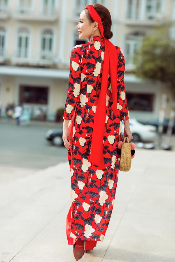 Hoa hồng, hoa trà và hoa mai là các mẫu hoạ tiết được yêu thích nhiều nhất. Đặc biệt tông màu đỏ tươi tượng trưng cho sự may mắn đầu năm cũng giành được nhiều tình cảm của các nàng mê chưng diện.