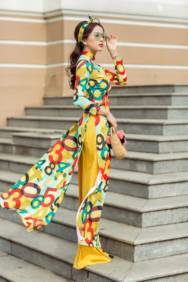 Bên cạnh các mẫu trang phục hiện đại, áo dài truyền thống là món đồ luôn được phái đẹp Sài Gòn chọn lựa khi đi lễ chùa, dạo đườnghoa, chụp ảnh kỷ niệm trên phố xuân.