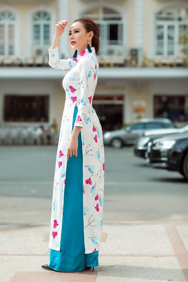 Đi đôi với các tà áo in hoa sặc sỡ là thiết kế quần lụa nhiều sắc màu được phối hợp nhịp nhàng cùng nhau.