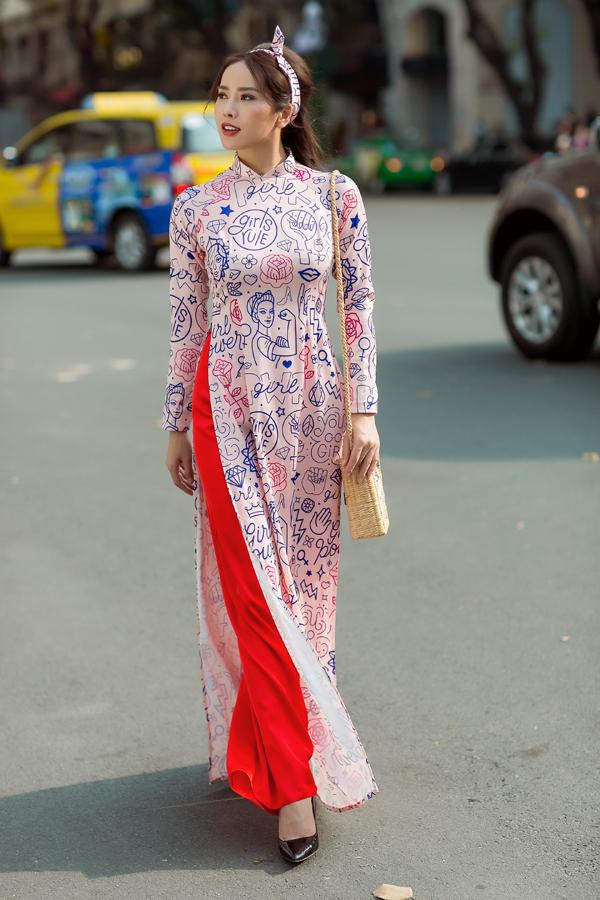 Bên cạnh áo in hoa - sản phẩm cháy hàng ở mùa Tết này, các nhà mốt Việt còn giới thiệu các mẫu trang phục in ký tự, hoạ tiết pop art bắt mắt.