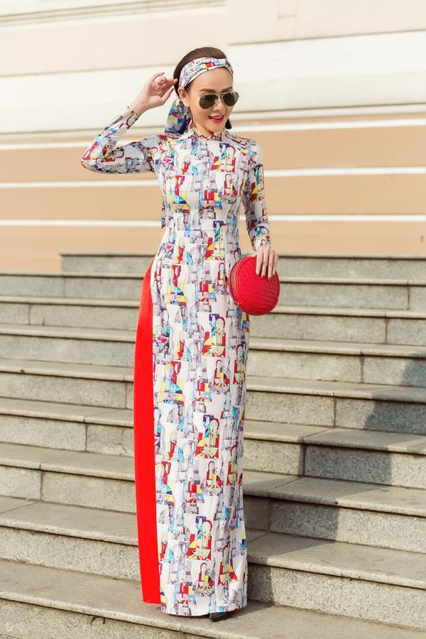 Phụ kiện được chọn lựa để phối hợp với áo dài Tết 2018 là các kiểu khăn lụa skinny, clutch, túi cầm tay phom dáng nhỏ nhắn.