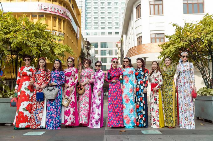 Diện áo dài hợp mốt mùa mới để chụp ảnh trên phối xuân đã trở thành thói quen của nhiều bạn gái Sài Gòn.