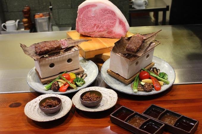 Bò Wagyu nướng Teppanyaki: Wagyu là một trong 4 loại thịt bò cao cấp của xứ Phù Tang. Phần mỡ màu trắng nằm xen kẽ giữa các lớp thịt đỏ là điểm nhấn ấn tượng cùng vị thơm ngon béo ngậy khi thưởng thức.