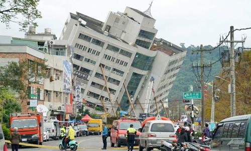Chung cư ở Đài Loan lật nghiêng vì động đất khiến hàng chục người mắc kẹt