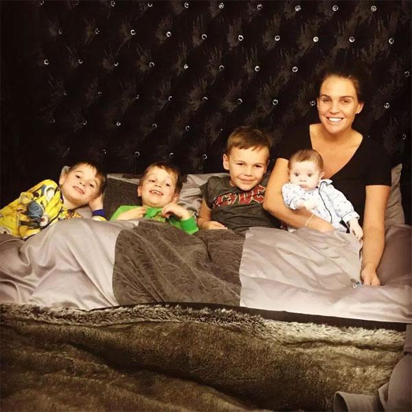 Người đẹp Danielle Lloyd bên 4 cậu con trai