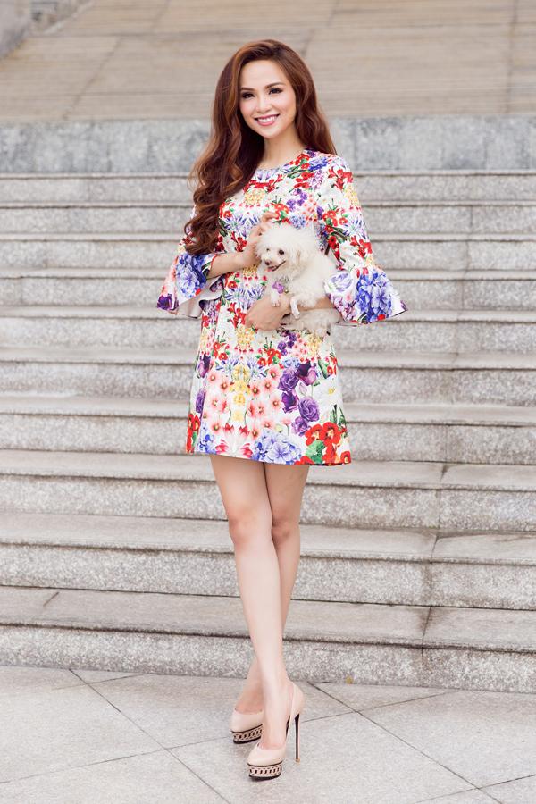 Nổi tiếng về mảng sử dụng hoạ tiết trên trang phục ứng dụng, Adrian Anh Tuấn không ngừng sáng tạo để mang đến những bộ sưu tập mới. Ở mùa xuân năm nay, hình ảnh muôn hoa đua nở được anh chắt lọc và đưa vào các thiết kế mới.