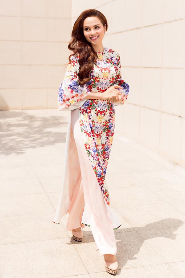 Trước sự trở lại của phong cách áo dài in hoa, áo dài cổ điển, nhà thiết kế khéo léo tạo nên nét riêng khi hoà cùng trào lưu đương đại.