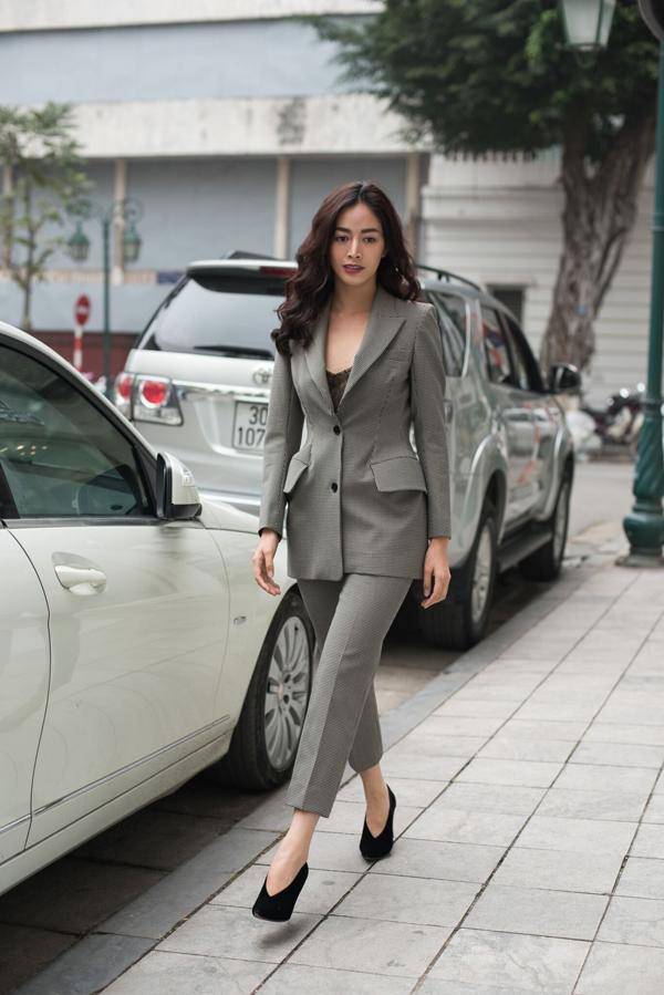 Suit gần như là mẫu trang phục không thể thiếu trong các bộ sưu tập của Đặng Hải Yến. Thiết kế dành cho mùa xuân hè năm nay được tạo dựng trên tông xám thanh nhã, trang phục đi kèm là áo ren đen sexy.