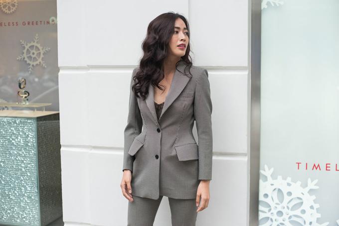 Trang phục vest tránh được vẻ cứng nhắc và khiến người mặc không quá khô khan khi được dựng phom hiện đại kết hợp cùng các kiểu bra gợi cảm.