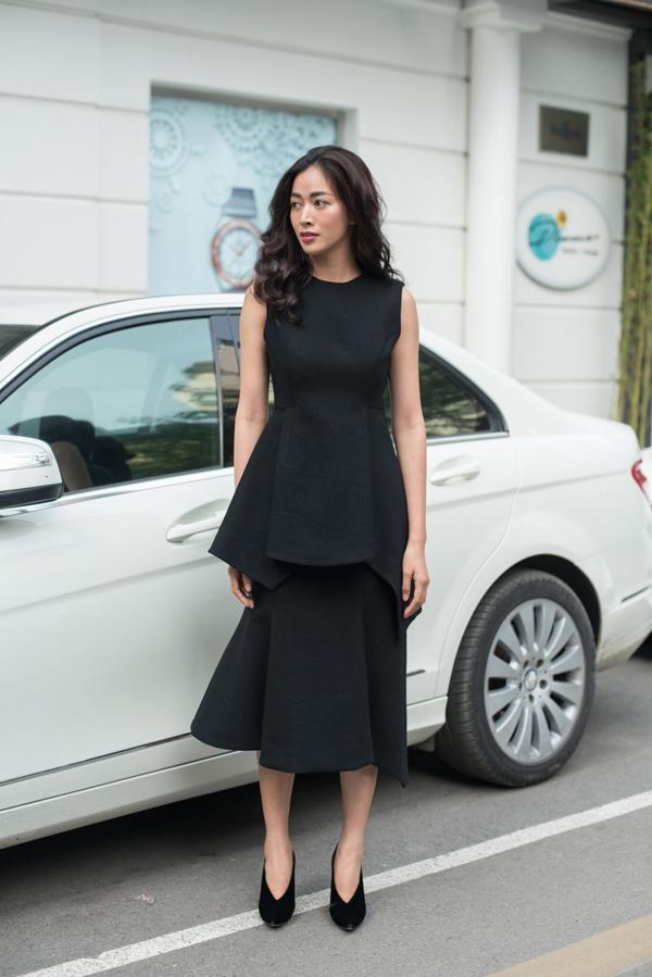 Một trong những kiểu váy độc đáo và mang tới làn gió tươi mới ở bộ sưu tập này là các mẫu váypeplum biến thể.