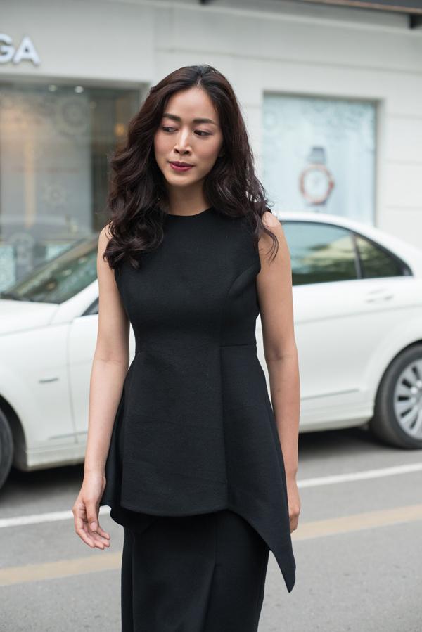 Trang phục được cắt ráp tinh tế để mang đến mẫu váy giúp vòng eo của phái đẹp trở nên cuốn hút hơn.