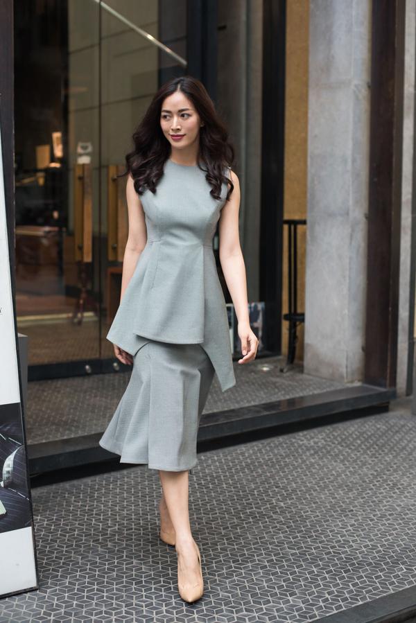Sử dụng hai tông màu là xám và đen quen thuộc nhưng chính cách chọn lựa kiểu mẫu hài hòa với xu hướng mới đã mang tới nét trẻ trung, hiện đại cho váy đơn sắc.