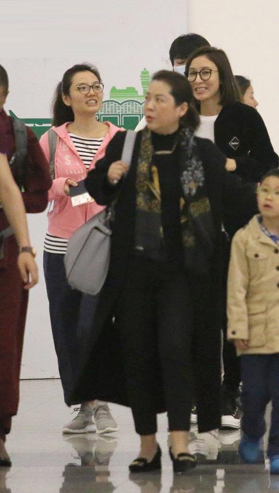 ... trong khi Dương Di vừa đi vừa trò chuyện vui vẻ với mẹ chồng. Chuyến đi có sự góp mặt của mẹ Dương Di, mẹ La Trọng Khiêm, em gái La Trọng Khiêm,đại gia đình đồng hành rất vui vẻ.