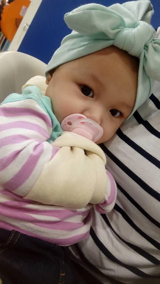 Cô bé 7 tháng tuổi đã khóc rất nhiều trước khi được bác sĩ xử lý chỗ gãy xương.
